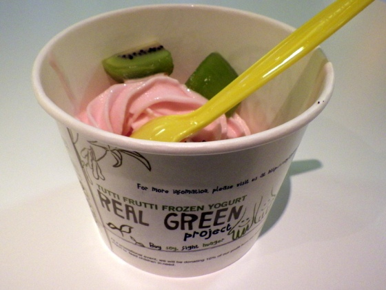 raspberry froyo with kiwi slices